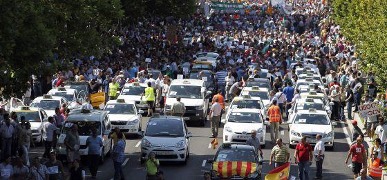 LA PLATAFORMA EN DEFENSA DE LOS ACANTILADOS DE AGUADULCE REALIZA UNA MARCHA-PROTESTA EN COCHES